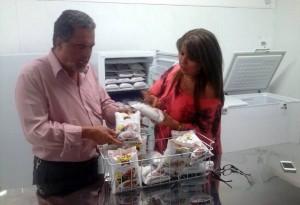 Sus sopas vienen en presentaciones de 400 y 800 gramos. Le ayuda su esposa Adriana Harker