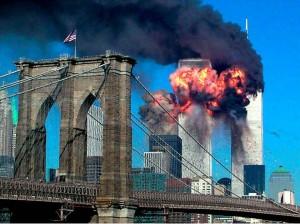 El segundo choque, contra la torre 2, fue justo en el centro de la edificación, lo que produjo su caída más rápida.