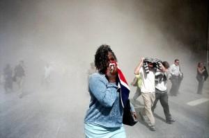 El gentío corriendo se perdía entre la nube espesa de ceniza, humo y escombros.