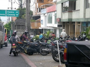 Esta es una de las zonas que denuncia el lector sobre el estacionamiento de motocicletas en la carrera 33 - Jaime Del Río /GENTE DE CABECERA