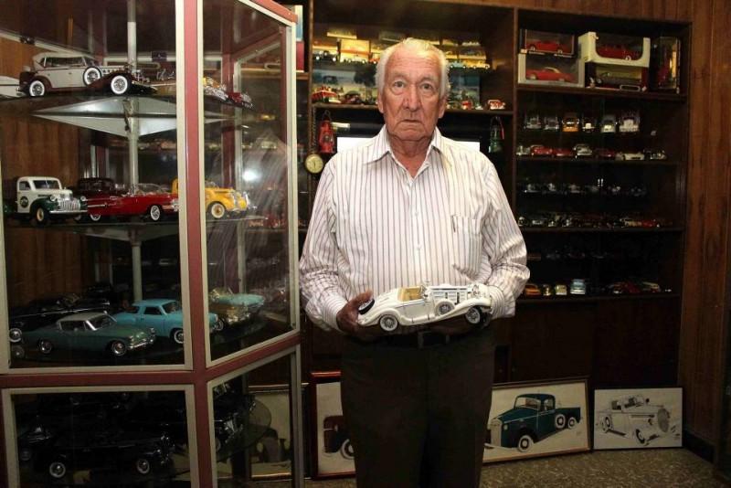 El hall de la casa de Luis María Plata Jaimes tiene más de 400 carritos de colección, la mayoría clásicos