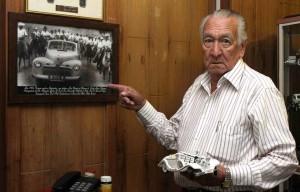 En su afición por los carros, Luis conserva con cariño esta foto en la que transportaba a Carlos Lleras Restrepo y Alejandro Galvis Galvis en una visita política a San Vicente de Chucurí, en 1956