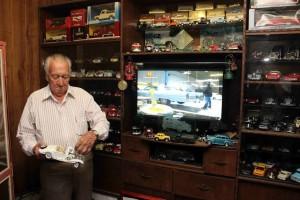 Don Luis disfruta de los programas de televisión en los que aficionados reparan y dejan como nuevos vehículos clásicos.