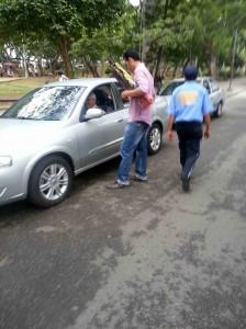 El ciudadano que hizo la denuncia envió esta foto de la persona que vende las plumillas'. - Suministrada /GENTE DE CABECERA