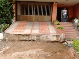 La entrada a los parqueaderos y a los peatones quedó obstaculizada con las obras.