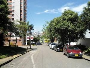 Vista de la calle 48 desde la carrera 38. Esta vía sentido occidente - oriente comunica al Centro con Sotomayor, Cabecera, la Unab y la avenida El Jardín que confluye en Pan de Azúcar. Por la 48 pasan 3 rutas de buses, una de ellas la AQ4 de Metrolínea