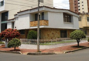 Esta casa, con sus amplios jardines, andenes y por su diseño es una de las más llamativas del sector.