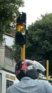 Además de los vidrios, algunos semáforos presentan fisuras en otra parte de su estructura. - Suministrada Carlos Peñalosa /GENTE DE CABECERA