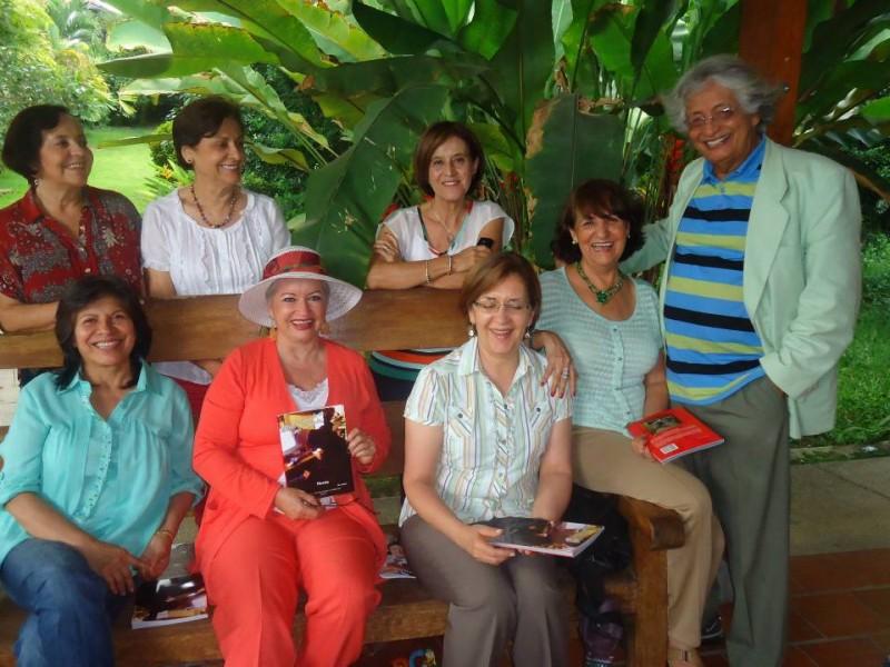 Trinidad Díaz, Blanca Orostegui, Consuelo Mantilla y Edilma Martínez. De pie: Marina Calderón, Aydee Durán, Isabel Ruiz y Efer Arocha