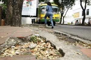 Aunque el experto apoya las obras, propone acondicionar más espacios peatonales, propios para caminar y así evitar el masivo uso del vehículo. Este es el estado de muchos andenes en Cabecera