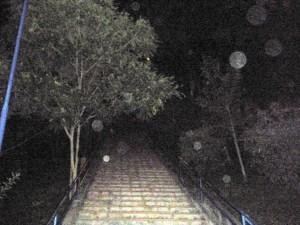 Las escaleras también permanecen oscuras.