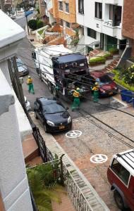 Esta es solo una de las imágenes diarias que se producen en La Floresta por culpa de los carros mal estacionados. - Suministrada /GENTE DE CABECERA