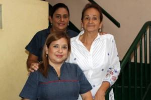 Junto a sus dos hijas Jaqueline y María Mercedes, quienes dirigen el colegio.