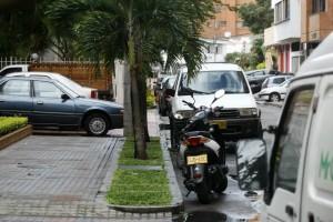 En la carrera 39A se observan motos y vehículos sobre los andenes y sobre la vía. - César Flórez / GENTE DE CABECERA