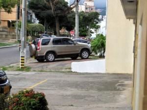 En estas dos fotos se evidencian varios carros aparcando en los andenes. - Suministradas /GENTE DE CABECERA