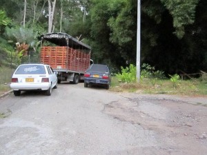 Se puede observar el camión y dos vehículos, además del deterioro del pavimento. - Suministrada / GENTE DE CABECERA