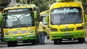 El estacionamiento breve de buses en la carrera 33 con calle 37 es constante. - César Flórez / GENTE DE CABECERA