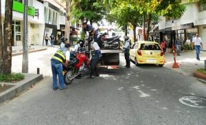 Los controles a vehículos mal estacionados, especialmente las motocicletas son constantes