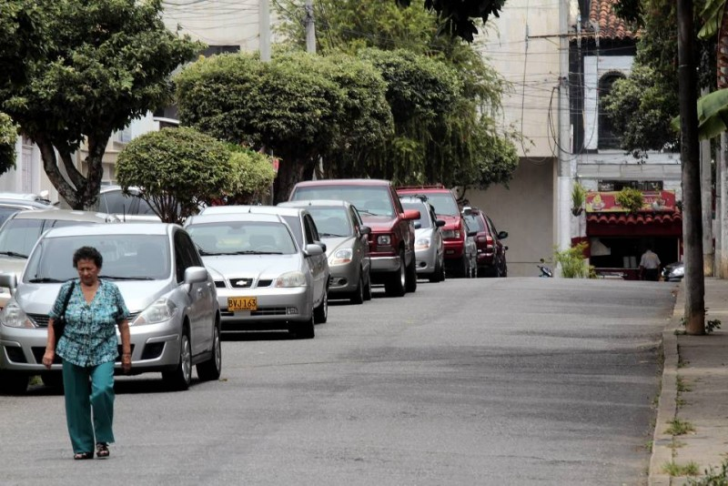 La mayoría de infracciones son por estacionar en sitios prohibidos o sobre la vía pública, como en este caso de la carrera 32 con calle 51
