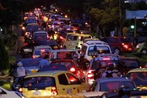 A la vida nocturna de la calle 52 entre carreras 35 y 33 se le suma el exagerado tráfico diario. - Nelson Díaz / GENTE DE CABECERA