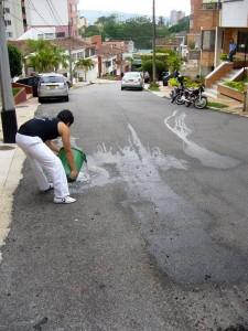 En la gráfica se puede apreciar a un vecino que se cansó de esperar soluciones efectivas y prefiere lavar la vía frente a su casa cada vez que le 'recogen' sus basuras. - Suministrada /GENTE DE CABECERA