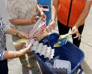 Las bolsas de plástico y el cartón plastificado son el común en las bolsas de reciclaje que llegan de Cabecera.