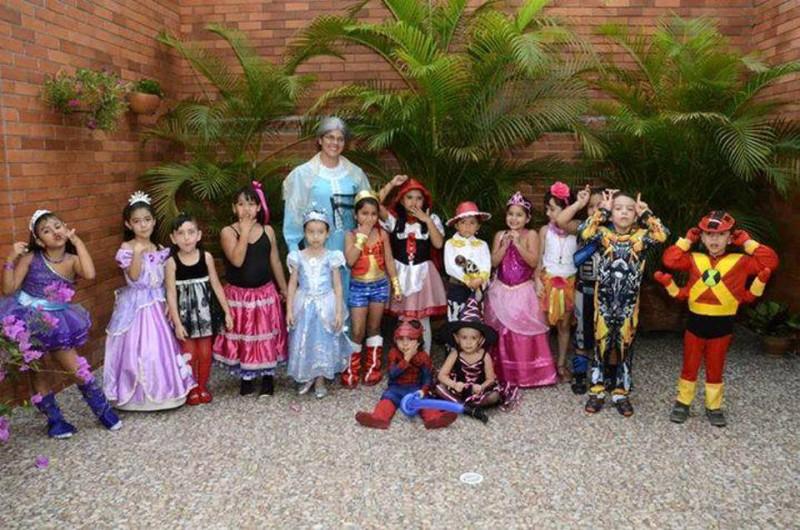 María Gabriela (vestida de Caperucita Roja) junto a sus compañeros de La Presentación y familiares. - Suministrada Manuel Reyes /GENTE DE CABECERA