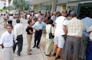 Los pensionados que reclaman su pago en un punto de Cabecera exigen respeto y atención oportuna. - Archivo  / GENTE DE CABECERA