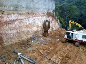 La firma adelanta también la construcción de la pantalla paralela al edificio Montearroyo, vecino de la obra. - Suministradas / GENTE DE CABECERA