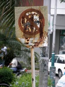 En repetidas ocasiones este medio ha denunciado el estado de deterioro o inexistencia de señalización en Cabecera. - Archivo / GENTE DE CABECERA