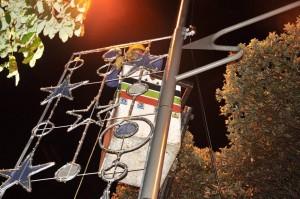 Este miércoles se terminaban de instalar luces en la carrera 33. - Laura Herrera / GENTE DE CABECERA