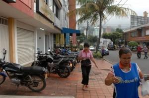 La calle 52 se ve siempre invadida de vehículos particulares, taxis y motos mal estacionados. - Archivo /GENTE DE CABECERA