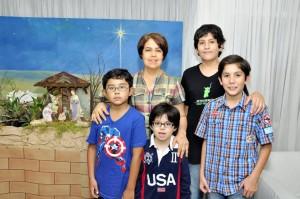 Gladis Teresa Peña acompañada de sus sobrinos Carlos Alejandro, Carlos Julián, Luis Andrés y Pablo, un amiguito de la casa.