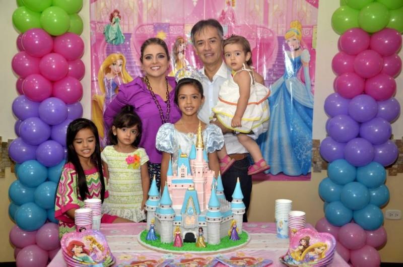 Nicolle Castilla junto a sus padres Elizabeth Rueda y Javier Castilla, y junto a sus hermanas Melanie, Phaula y Elizabeth. - Suministrada Manuel Reyes / GENTE DE CABCERA