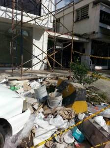 Además los escombros le dan mal aspecto a la cuadra comercial.