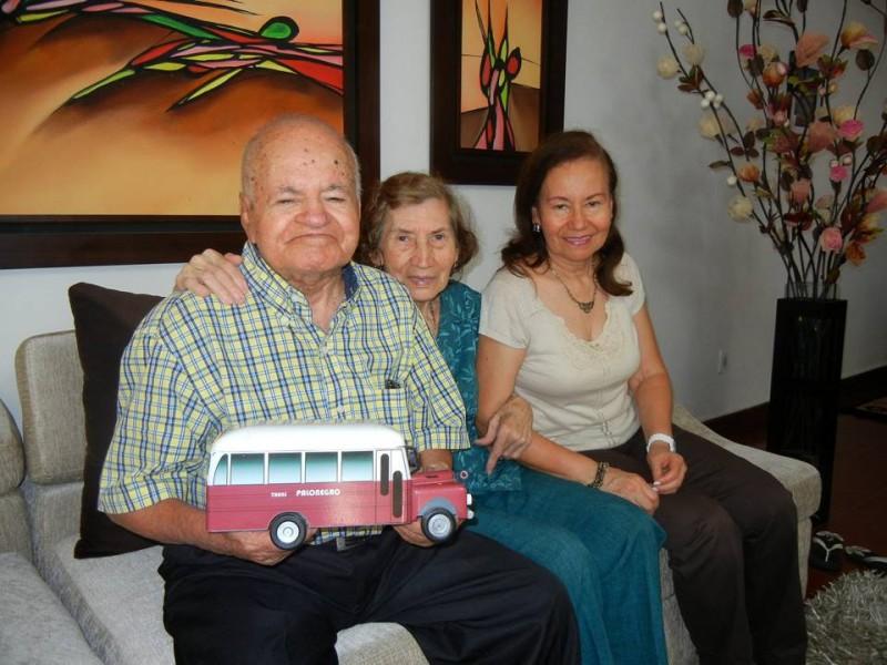 Él es 'Miguelito' el hombre que en su bus transportaba gratis a muchos estudiantes de los años 60 a 80.