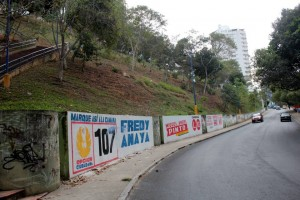 La publicidad política fijada en el parque La Loma ha incomodado a algunos vecinos que lo visitan a diario. - Javier Gutiérrez / GENTE DE CABECERA