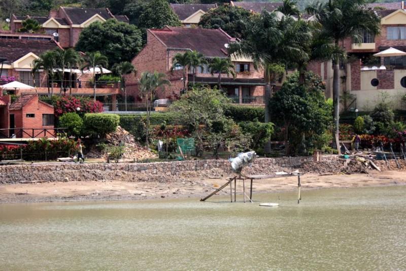 La escultura en forma de pez indica la altura y la cantidad de agua que estos días perdió el emblemático lago de Lagos del Cacique