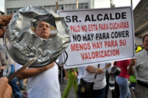 Con pitos y cacerolas, los manifestantes se postraron durante varios minutos alrededor del parque García Rovira.