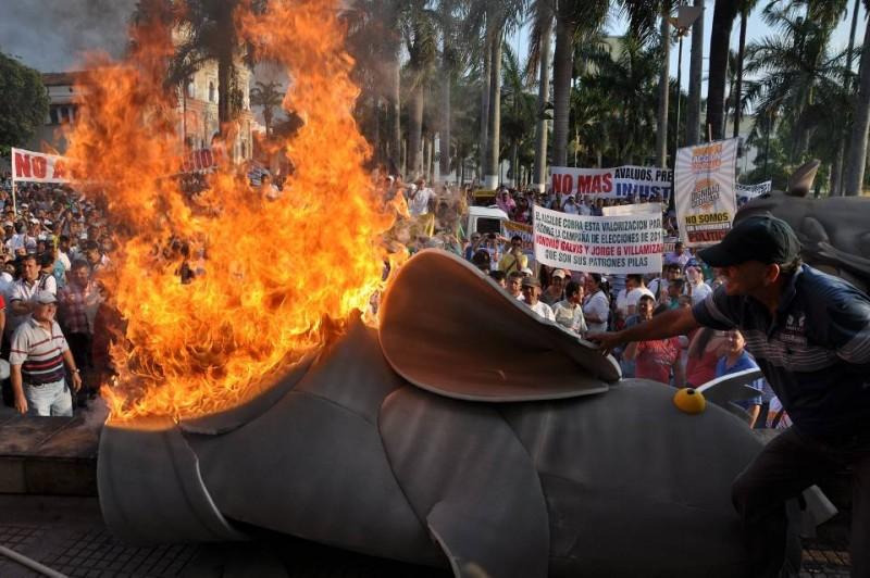 Una vez más la gente reflejó su disgusto por el cobro de valorización con la quema de una rata gigante, frente al palacio municipal