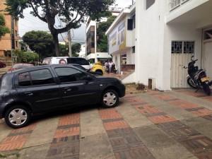 Una vez más los vecinos de Cabecera se quejan por la invasión de andenes. - Suministrada O. B. / GENTE DE CABECERA