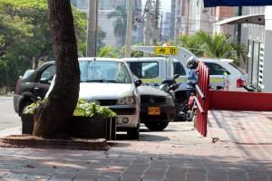 El paso peatonal se ve interrumpido por el estacionamiento de carros en la carrera 36 llegando a la calle 36 - Javier Gutiérrez / GENTE DE CABECERA