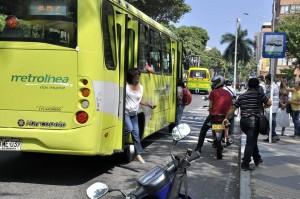 Las motos parqueadas en la estación de Metrolínea son un impedimento para los usuarios que se suben o bajan del bus. - Laura Herrera /GENTE DE CABECERA