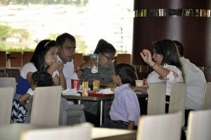 En el la plazoleta las familias enteras se sientan a compartir distintos platos