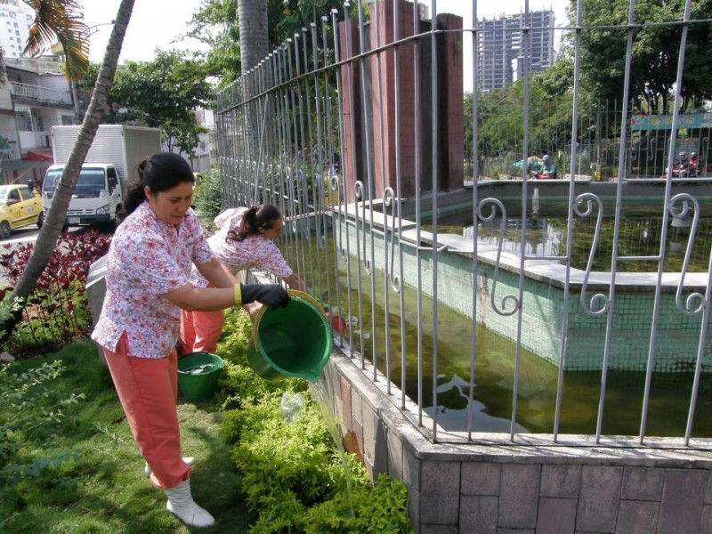 Las empleadas del Chicamocha Centro Empresarial  por estos días riegan las plantas con baldes.