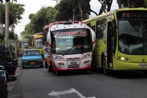 Hasta el bus de Metrolínea tuvo que hacer piruetas para poder continuar con su recorrido por la carrera 33, todo por cuenta de la buseta varada.  - Javier Gutiérrez / GENTE DE CABECERA