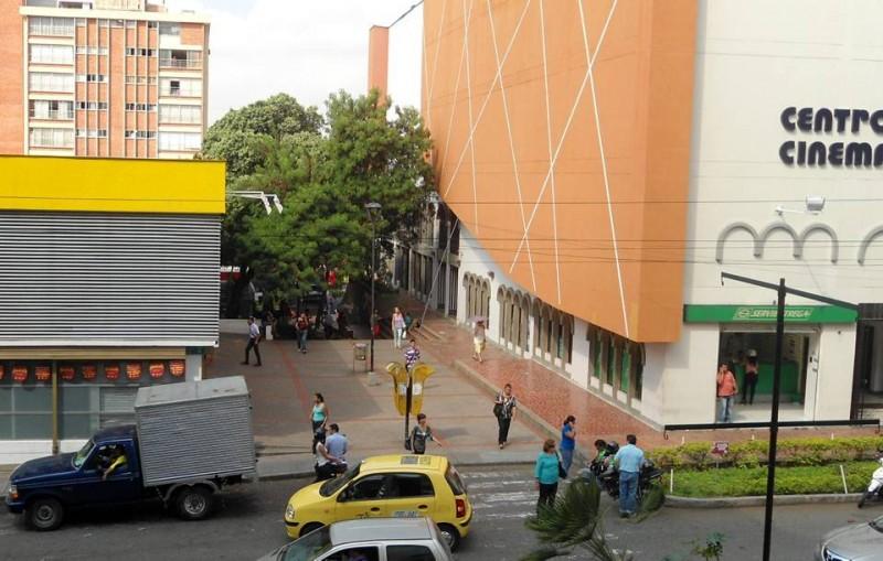 Aunque el 'pasaje de los cinemas' tiene vigilancia policial, a pocos metros de estos uniformados algunos artesanos se empeñan en vender sus productos