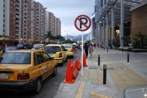 Una larga fila de taxis se hace sobre la carrera 33 A en el centro comercial Megamall. Incluso a veces lo hacen en doble fila, según denuncian algunas personas. - Archivo / GENTE DE CABECERA
