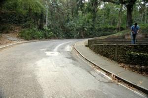 Tres huecos grandes en la carretera que de la avenida El Jardín conduce a Altos de Terrazas fueron tapados por los vecinos. - Fotos Jaime Del Río / GENTE DE CABECERA