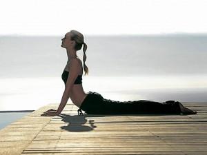 Esta es la postura de la cobra, que ayuda sobre todo a las mujeres.